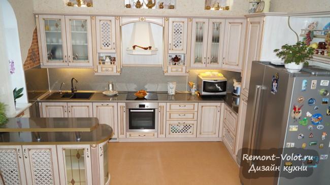 Кухня-столовая в классическом стиле с барной стойкой в частном доме (9 фото)