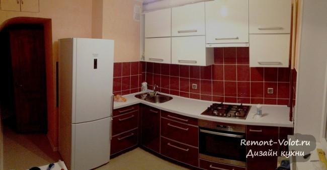 Дизайн бюджетной угловой кухни 8 кв. Красный низ, белый верх