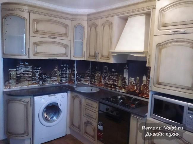 Угловая кухня 8 кв м со стиральной машиной и ночным городом на скинали