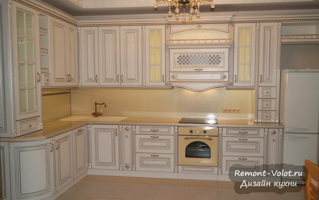 Шикарный дизайн большой угловой кухни в классическом стиле