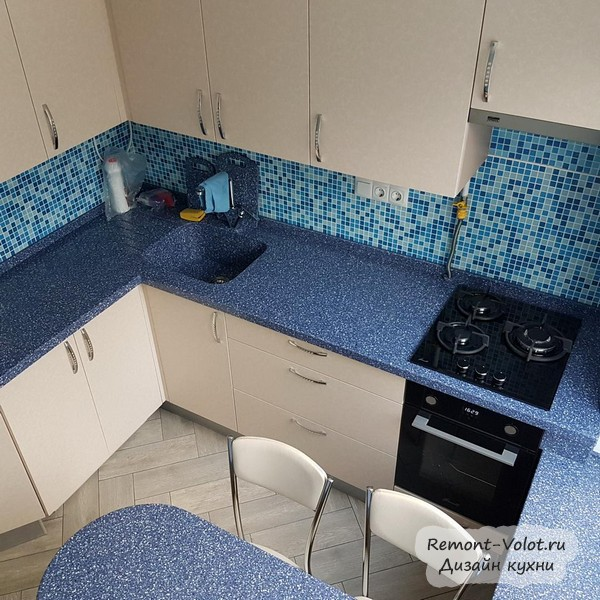 Маленькая бежевая кухня 5,7 кв. м с синим столом-подоконником (без холодильника)
