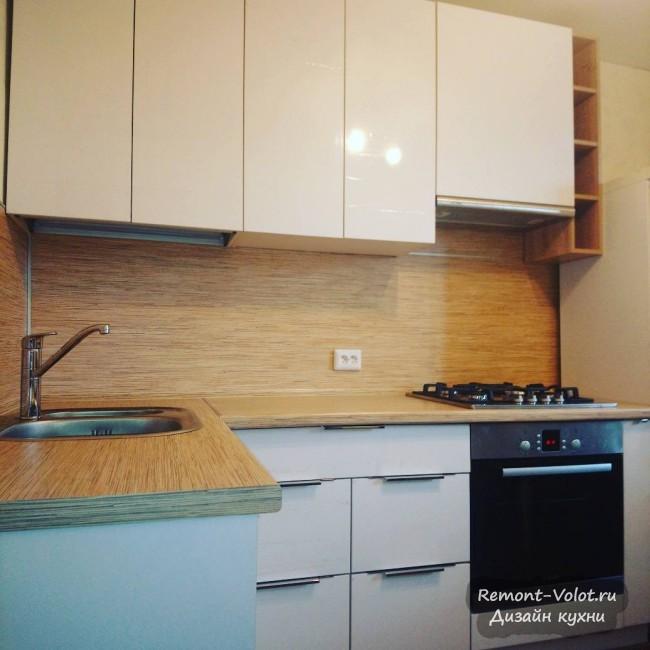 Дизайн недорогой белой кухни 8 кв. м с деревянными столешницей и фартуком (9 фото)