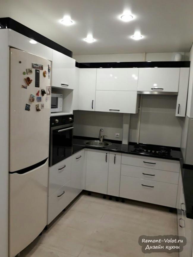 П-образная чёрно-белая кухня 8 кв м с холодильником и морозильником в нише