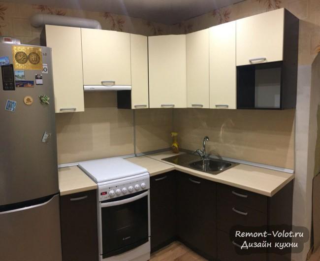 Бюджетная угловая кухня 8 кв. м с газовой плитой и холодильником