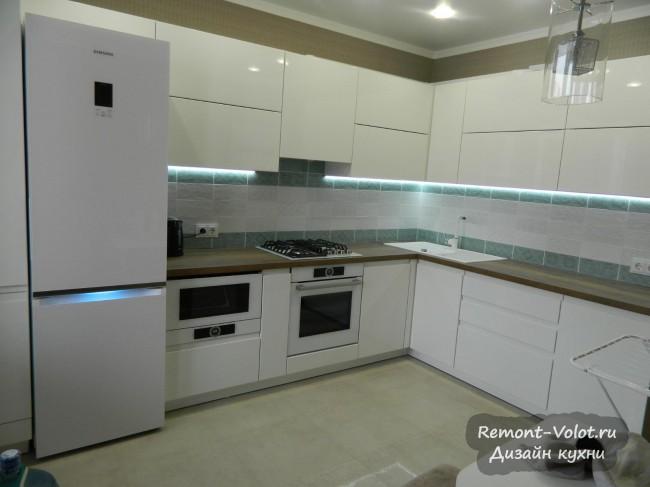 Дизайн белой кухни 12 кв. м с фрезерованными ручками и красивой подсветкой