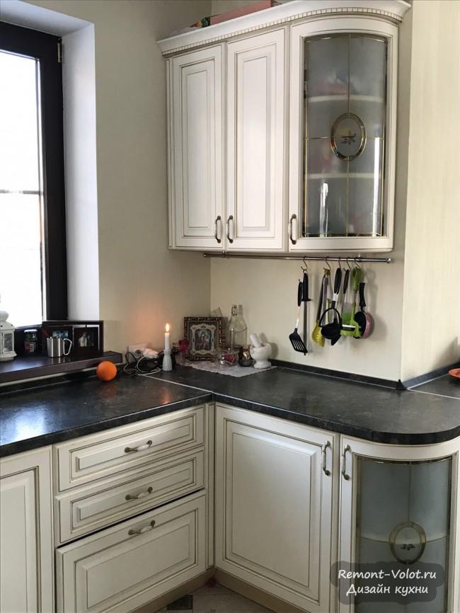 Классическая кухня Геос Идеал со столом-подоконником
