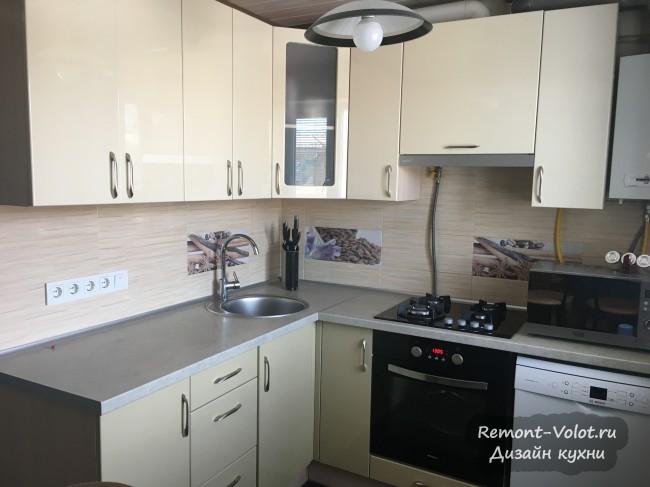 Бежевая угловая кухня с газовой колонкой в хрущевке, объединенная с гостиной