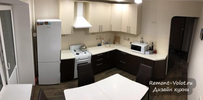 Угловая кухня 9 кв. м с молочными и шоколадными фасадами