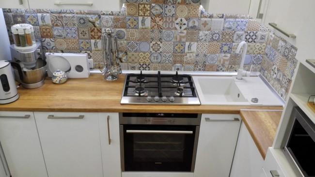 Белоснежная кухня 7 кв м с деревянной столешницей и телевизором