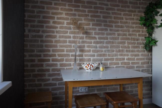 Интерьер белой кухни 8,3 кв м с кирпичной стеной и посудомоечной машиной в Минске