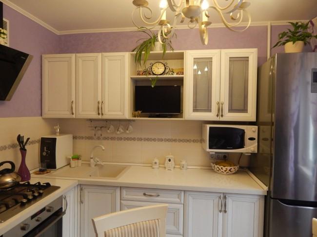 Классическая белая кухня ЗОВ на 9 метрах с круглым столом на 4 персоны