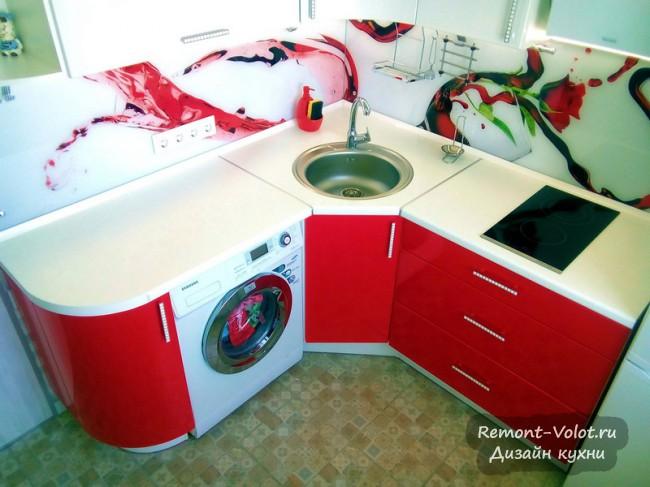 Дизайн красно-белой кухни 10 кв м со скинали в современном стиле