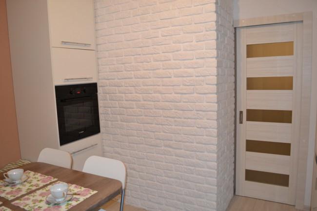 Дизайн кухни 9,5 кв м с вент шахтой, колоннами и балконной дверью
