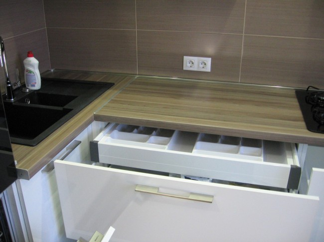 Интерьер белой кухни 10 кв м с бирюзовыми римскими шторами и узкой ПММ 45 см