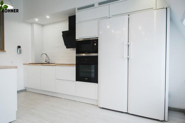 Дизайн большой белой кухни в скандинавском стиле на мансарде с островом