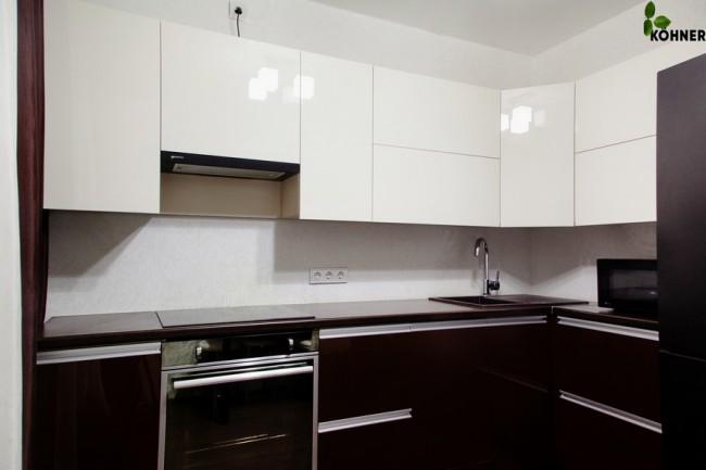 Дизайн бело-шоколадной кухни 9 кв. м с интегрированными ручками