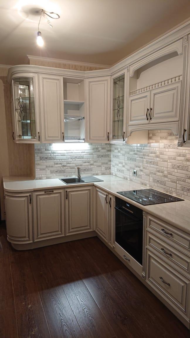 Кухня 13 кв м в классическом стиле с патинированными фасадами  и витражным стеклом