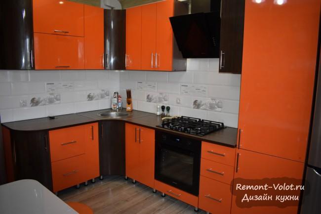 Оранжевая кухня 11 кв м с газовой колонкой в шкафу в частном доме