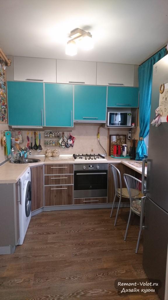 Бирюзовая кухня 6 кв с холодильником, стиралкой и барной стойкой под окном