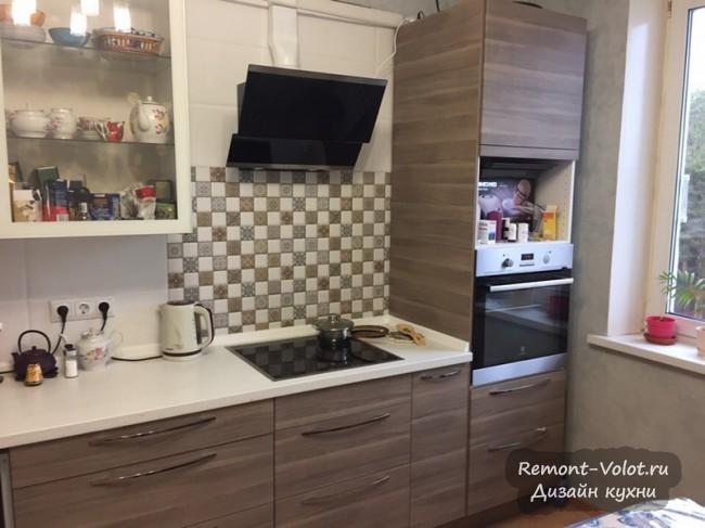 Дизайн кухни 12 кв. м из ИКЕА  с угловым диваном и пеналом