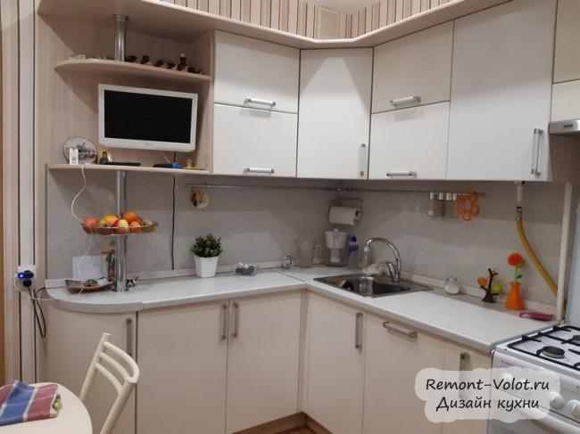 Бежевая кухня 9 кв м с барной стойкой, газовой плитой и посудомойкой