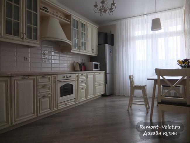 Дизайн классической бежевой кухни 15 кв м с патиной в Краснодаре (+ видео обзор)
