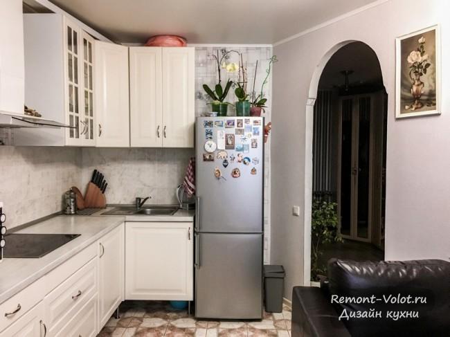 Небольшая кухня-гостиная 16 кв м с диваном и гарнитуром из ИКЕА после перепланировки в однушке