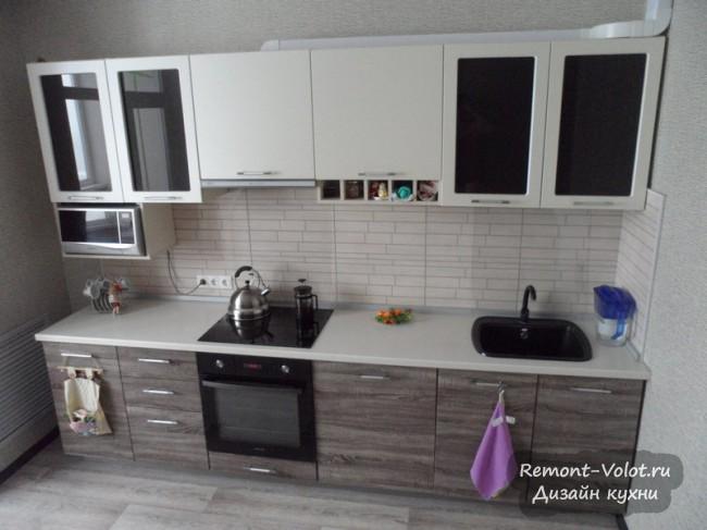 Дизайн бюджетной кухни 11 кв м под дерево с выходом на балкон