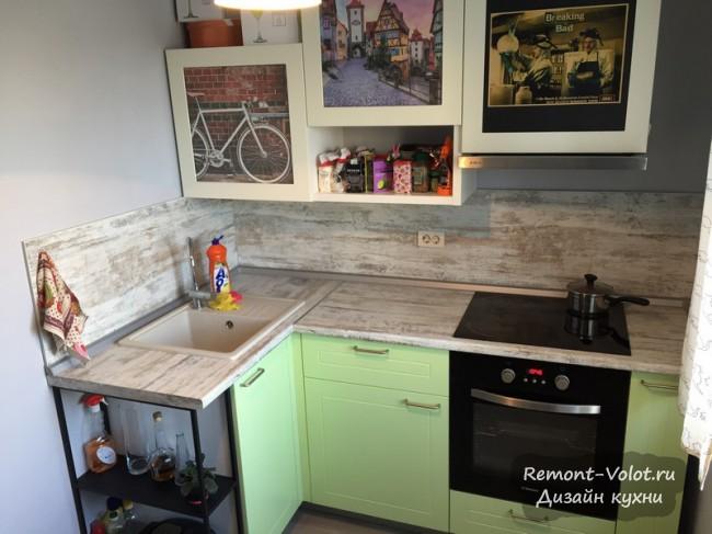 Бюджетная салатовая кухня 7 кв м с фартуком в цвет столешницы