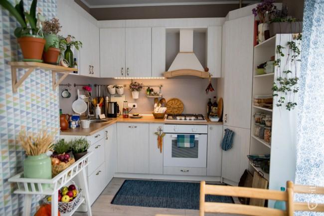 Интерьер П-образной белой кухни 12 кв м в скандинавском стиле