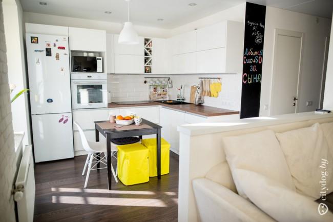 Совмещенная белая кухня-гостиная 9 кв м в скандинавском стиле