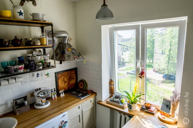 Маленькая бежевая кухня 6 кв м в квартире в стиле лофт
