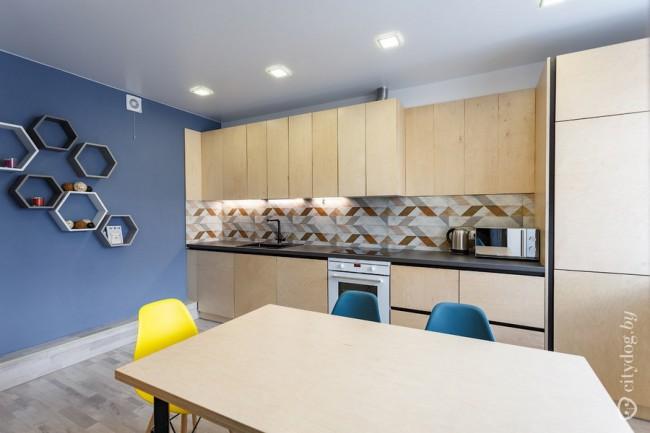 Стильная кухня-гостиная 30 кв в двушке. Фасады из фанеры