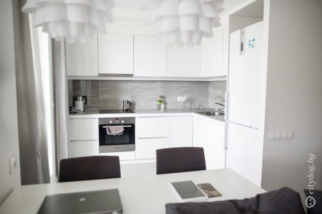 Стильная белая кухня 12 кв м в квартире-студии 45 кв