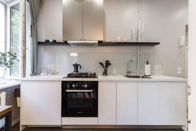Белая кухня 8 кв м с гостиной в старом доме с красивым видом