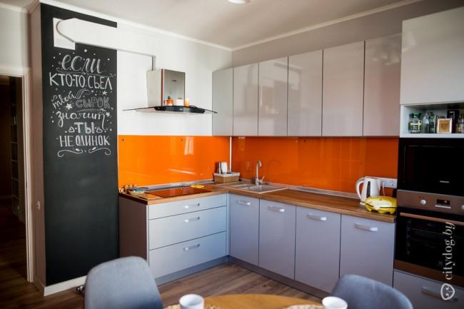 Серая кухня 13 кв м с оранжевым скинали и грифельной стеной