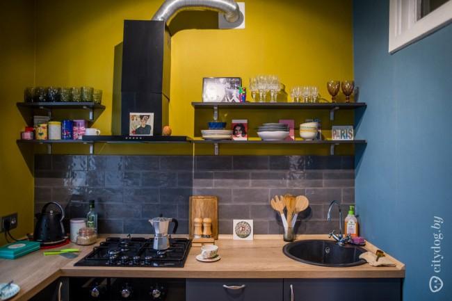 Дизайн маленькой кухни 6 кв м с барной стойкой у окна и желтой стеной