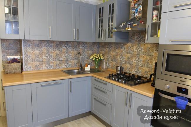 Серая угловая кухня 11 кв м с пеналом, посудомойкой и стиральной машиной