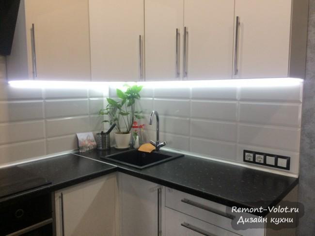 Черно-белая кухня студия  27 кв м с барной стойкой