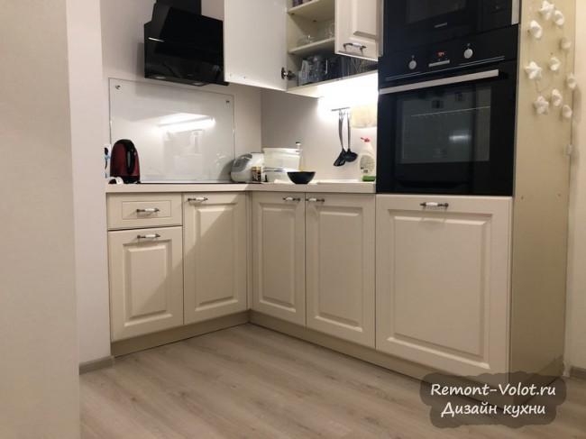 Маленькая угловая кухня с пеналом в квартире-студии 31 кв м