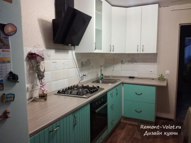 Кухня Леруа Мерлен 12 кв м в бело-бирюзовом цвете с посудомойкой