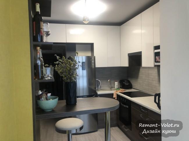 Кухня, объединенная с лоджией,  площадью 11 кв м. С барной стойкой и диванчиком