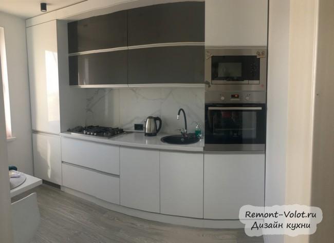 Маленькая белая кухня 6 кв м с холодильником и обеденным столом для двоих