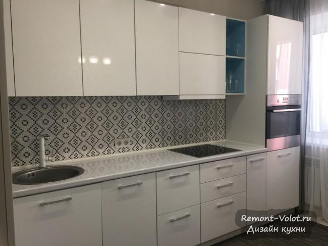 Дизайн белой глянцевой кухни 10 кв м с выходом на балкон
