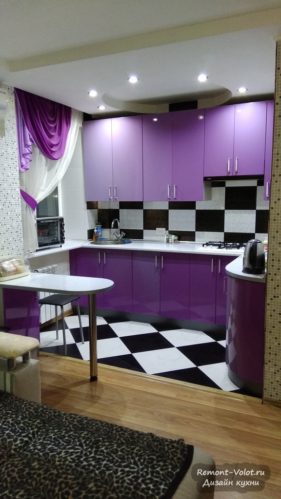 Фиолетовая кухня-гостиная в хрущевке. Встроили газовую колонку и стиральную машину