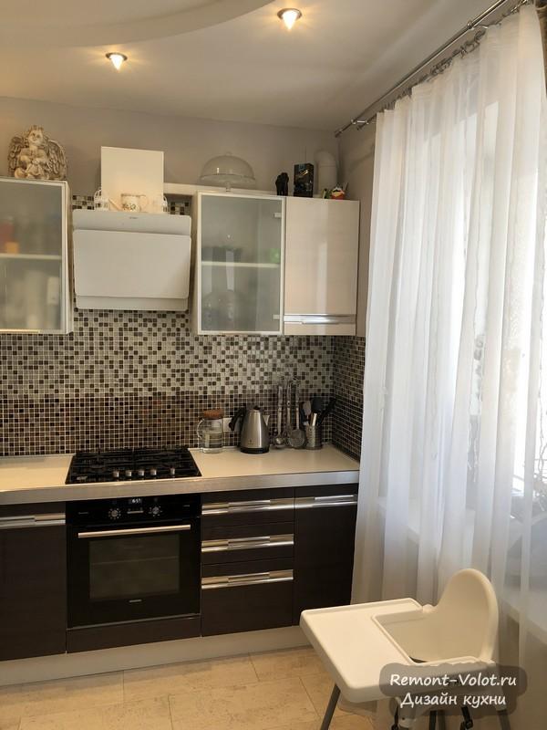 Большая кухня-гостиная с фартуком мозаикой в сталинке (видео)