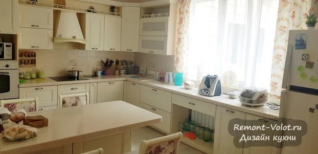 Дизайн белой угловой кухни 14 кв м с пеналом и столешницей-подоконником