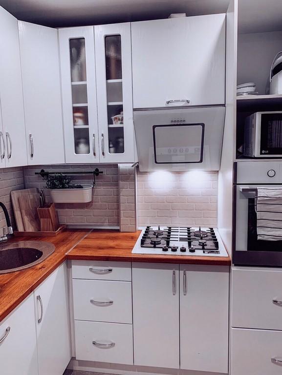 Стильная белая кухня 7 кв в скандинавском стиле с круглым столом