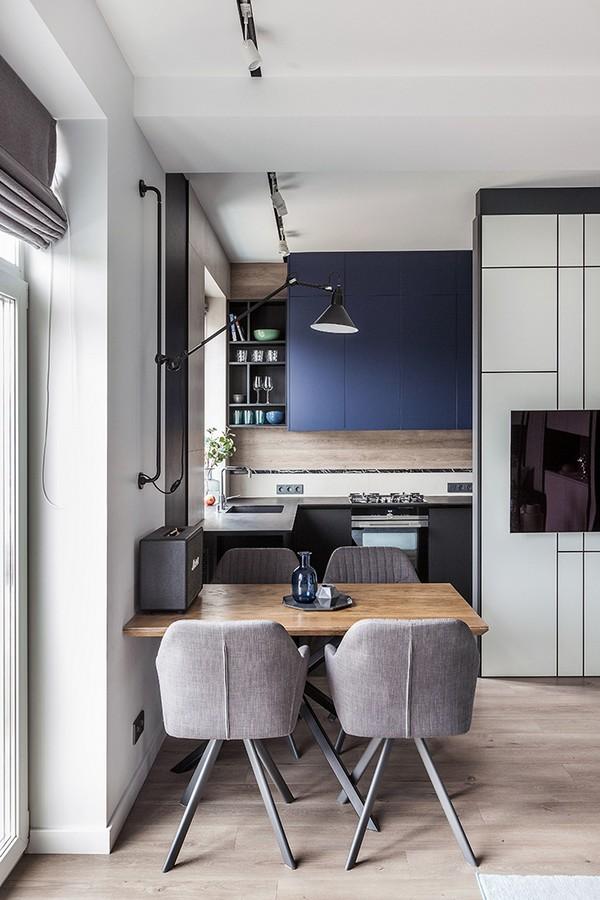 Синяя кухня 7 кв м, совмещенная с гостиной, в старом кирпичном доме