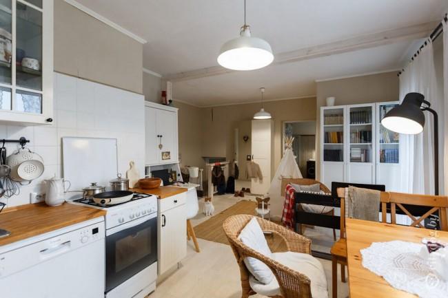 Бюджетная кухня с газовой плитой в скандинавском стиле на мансардном этаже